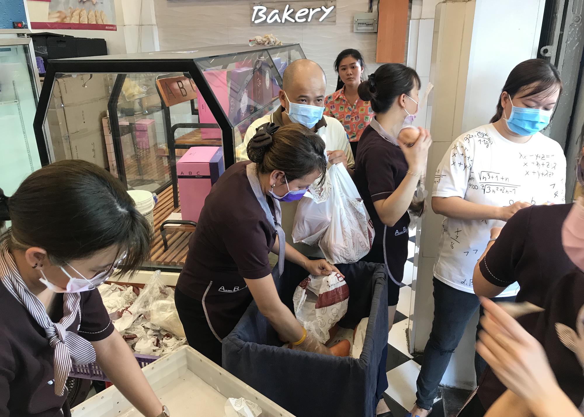 Người Sài Gòn rồng rắn xếp hàng nửa tiếng mua bánh mì thanh long giải cứu nông sản Việt - Ảnh 11.