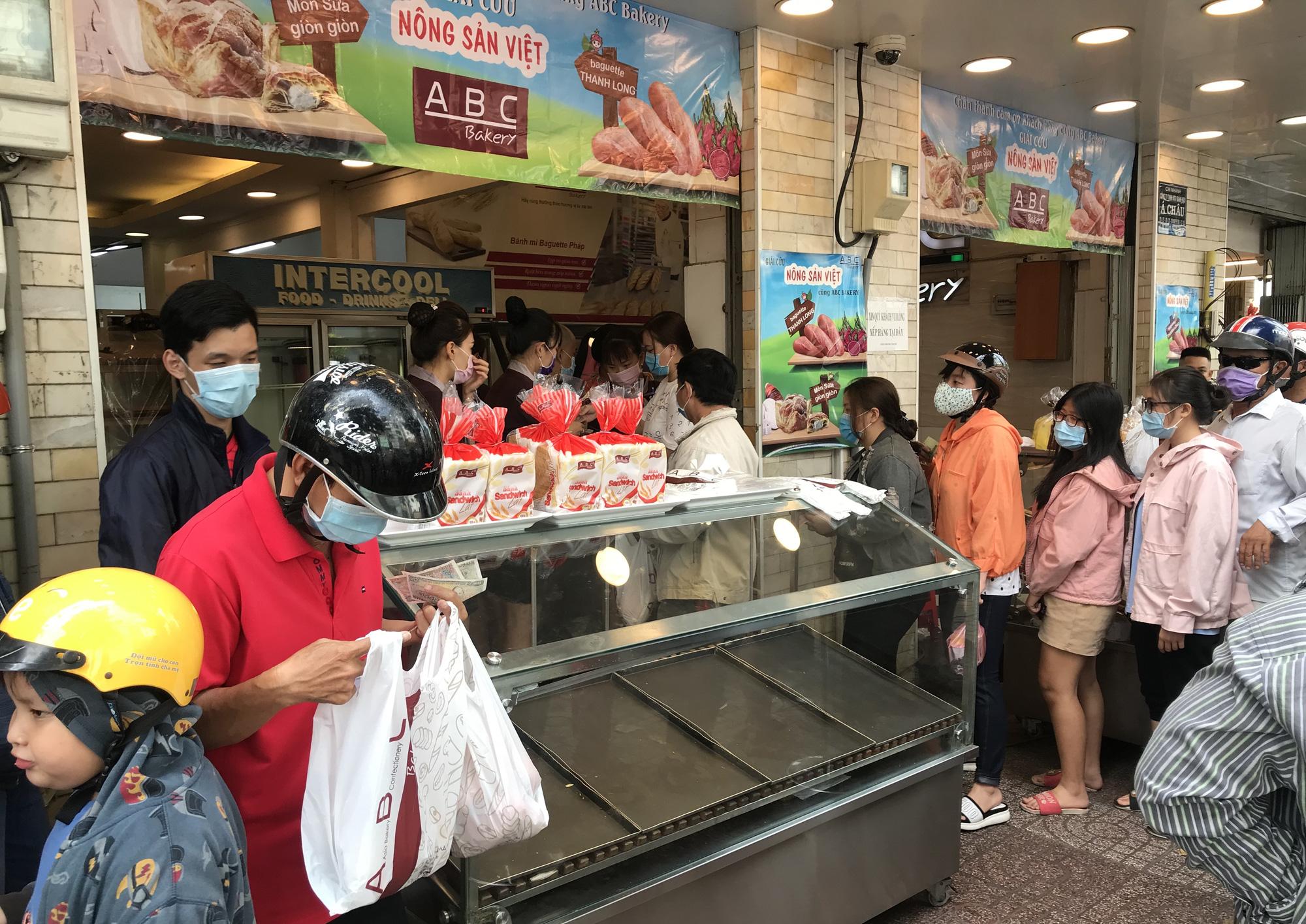 Người Sài Gòn rồng rắn xếp hàng nửa tiếng mua bánh mì thanh long giải cứu nông sản Việt - Ảnh 7.