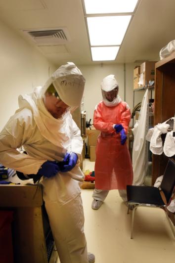Bên trong phòng thí nghiệm thuốc kháng virus corona có gì? - Ảnh 3.