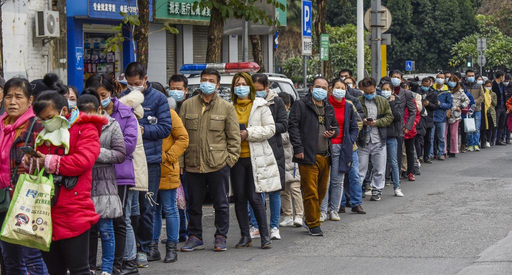 Trung Quốc tăng cường nhập khẩu trước sự cơn bão thiếu hụt khẩu trang y tế - Ảnh 3.