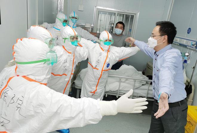 Người Trung Quốc lạc quan chữa bệnh, sinh sống giữa dịch virus corona - Ảnh 3.