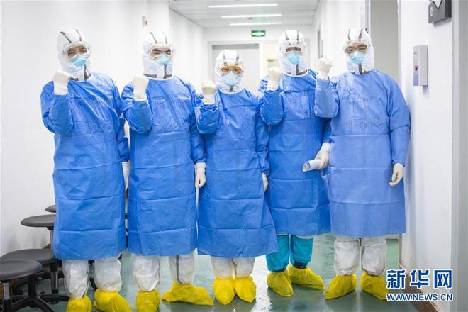 Người Trung Quốc lạc quan chữa bệnh, sinh sống giữa dịch virus corona - Ảnh 4.