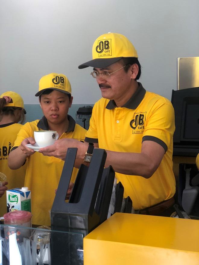 Quán cà phê Ông Bầu của '3 ông chủ tịch' mở bán ở Sài Gòn, bầu Thắng tự bưng cà phê phục vụ khách  - Ảnh 2.