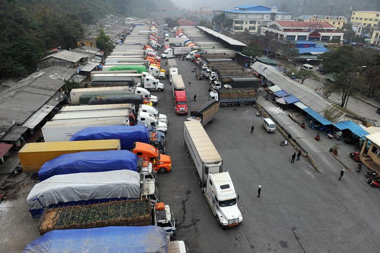 Hàng trăm xe mít, thanh long, ớt, nhãn… còn nằm chờ thông quan ở cửa khẩu - Ảnh 1.