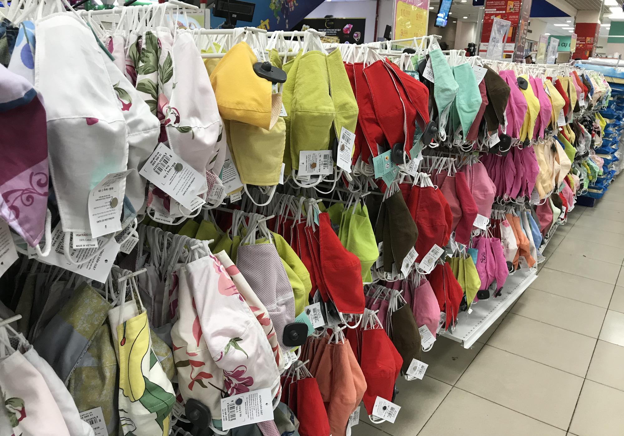 Cận cảnh khẩu trang kháng khuẩn giặt 30 lần, giá chỉ 9.500 đồng tại Co.opmart, có khách mua 50 chiếc - Ảnh 12.