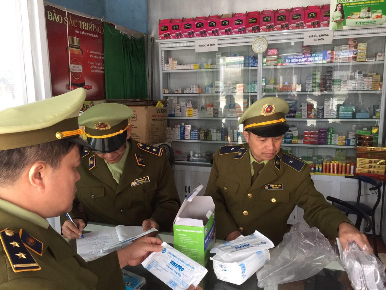 Xử lí 85 cửa hàng hét giá khẩu trang, phát hiện người gom 250.000 khẩu trang bán qua Trung Quốc kiếm lời - Ảnh 1.