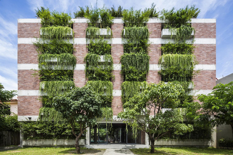 Tòa nhà 5 tầng 'siêu độc' phủ kín cây xanh ở Đà Nẵng, được báo Tây hết lời khen ngợi - Ảnh 10.