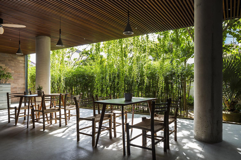 Tòa nhà 5 tầng 'siêu độc' phủ kín cây xanh ở Đà Nẵng, được báo Tây hết lời khen ngợi - Ảnh 6.