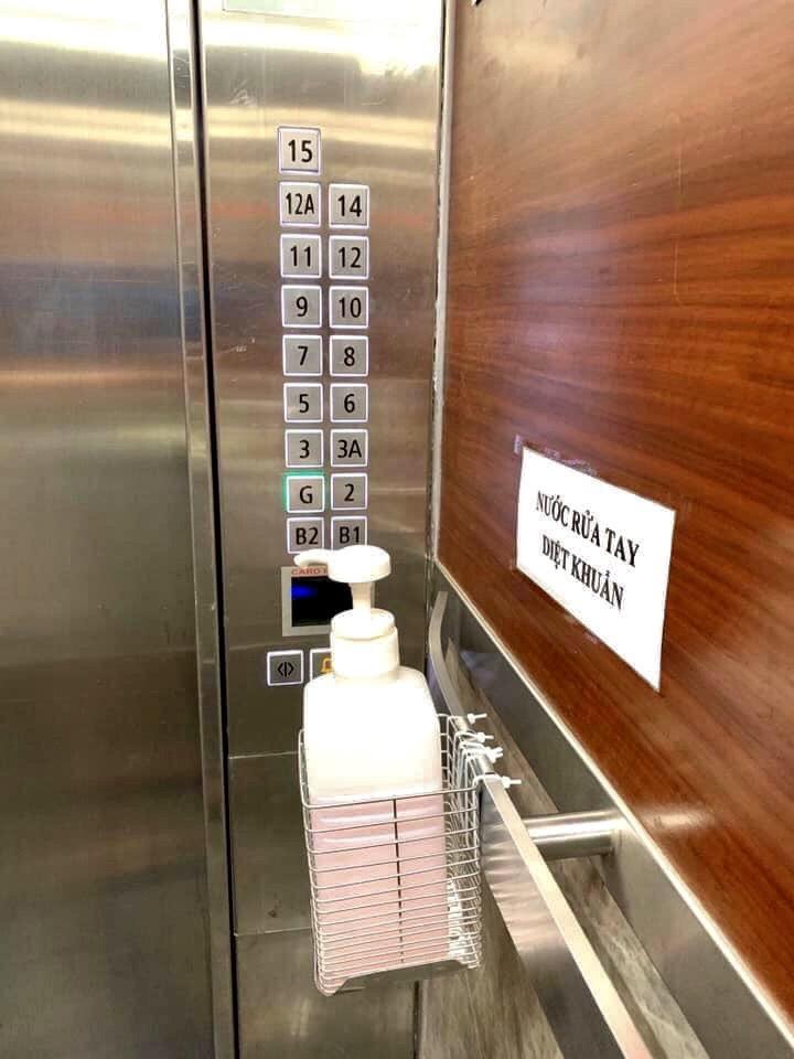 Chung cư chống corona tận 'chân răng': Khẩu trang ngay sảnh, rửa tay từ thang máy - Ảnh 4.