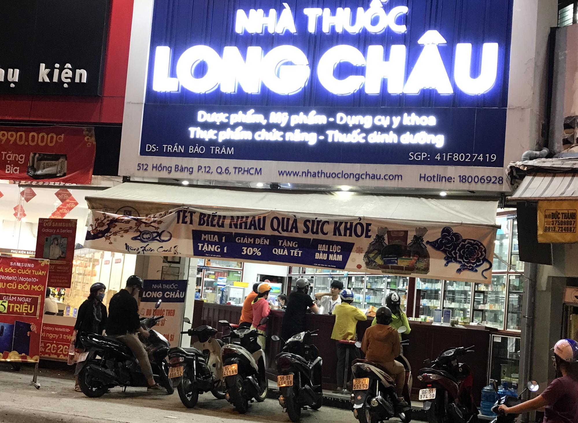 Người Sài Gòn rồng rắn xếp hàng dưới trời nắng để mua khẩu trang 35.000 đồng/hộp - Ảnh 14.