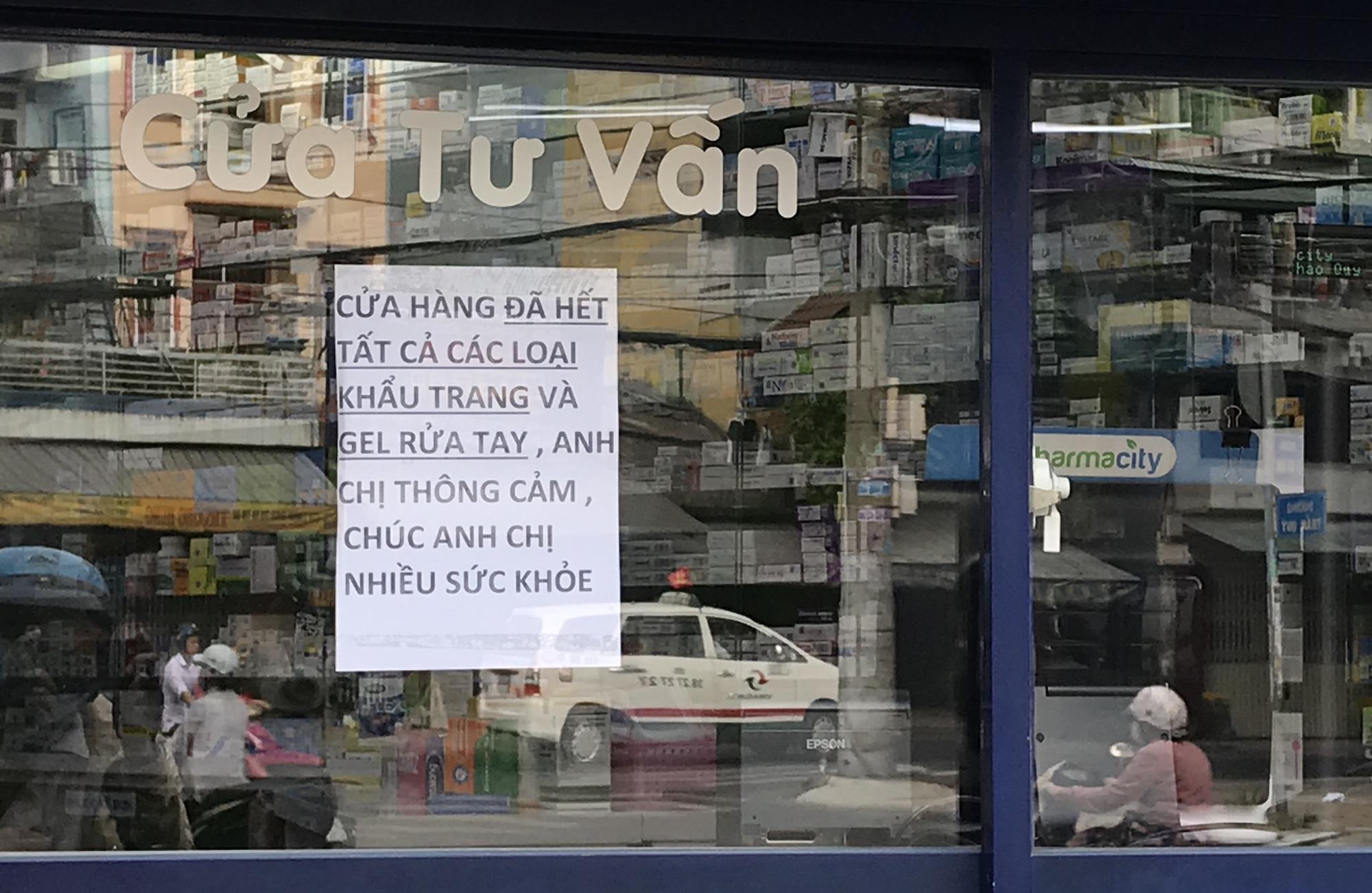 Người Sài Gòn rồng rắn xếp hàng dưới trời nắng để mua khẩu trang 35.000 đồng/hộp - Ảnh 13.