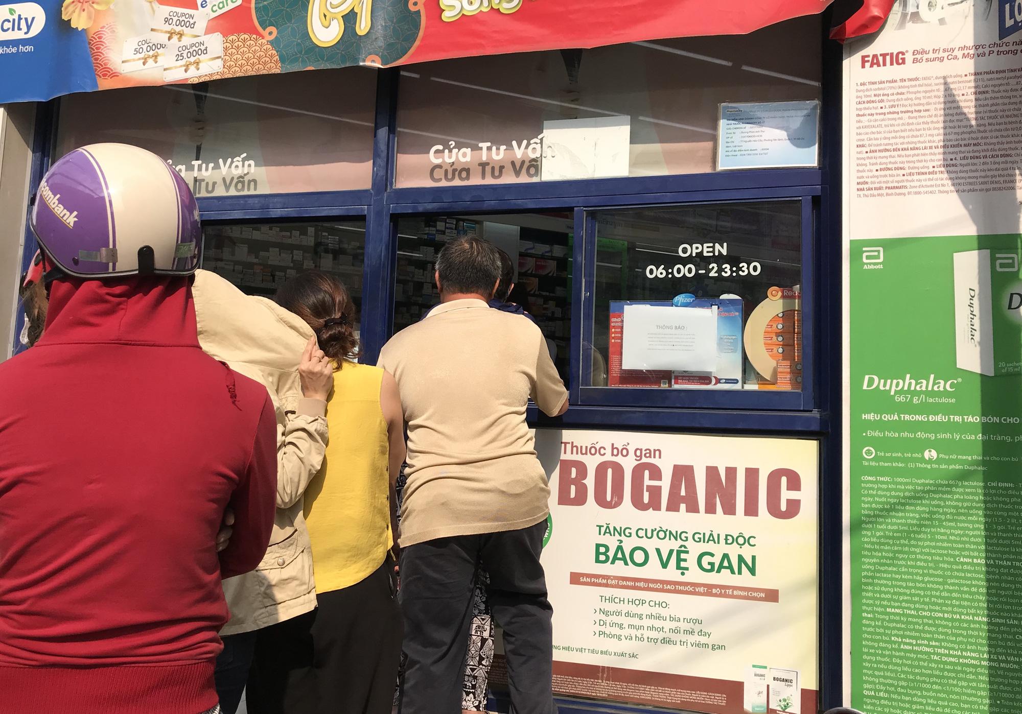 Người Sài Gòn rồng rắn xếp hàng dưới trời nắng để mua khẩu trang 35.000 đồng/hộp - Ảnh 7.