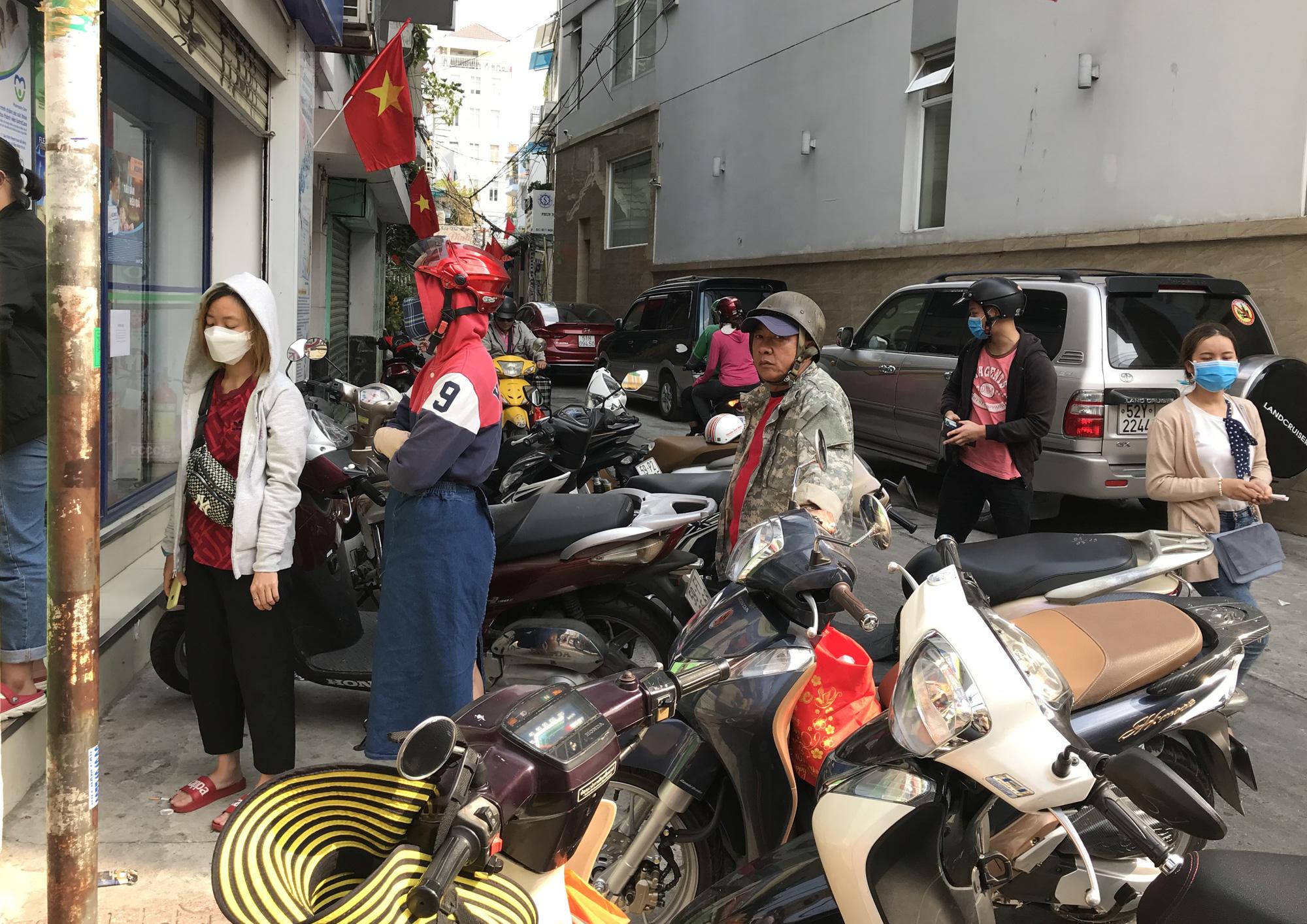 Người Sài Gòn rồng rắn xếp hàng dưới trời nắng để mua khẩu trang 35.000 đồng/hộp - Ảnh 4.