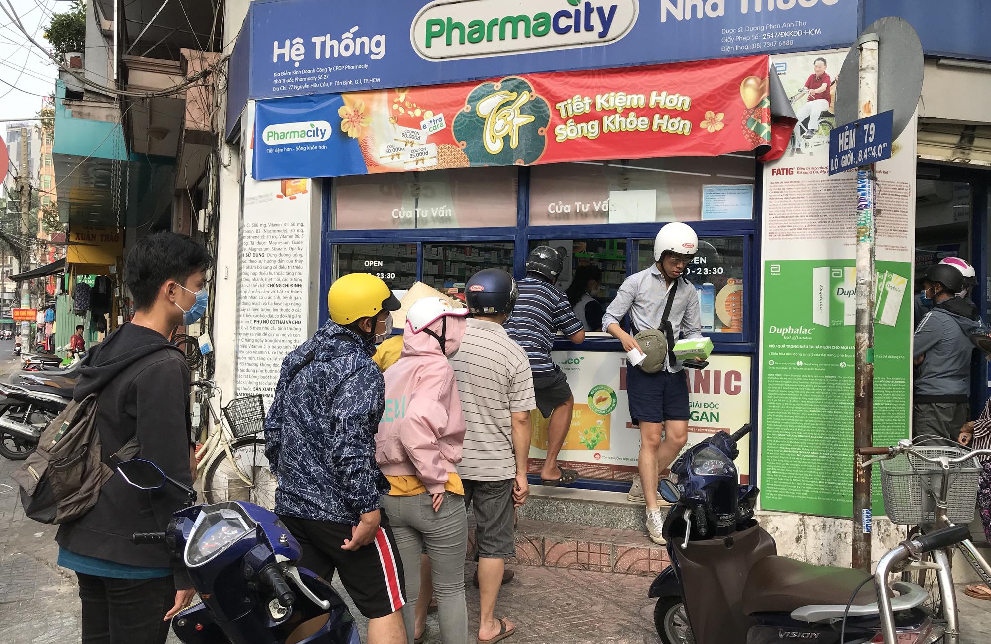 Người Sài Gòn rồng rắn xếp hàng dưới trời nắng để mua khẩu trang 35.000 đồng/hộp - Ảnh 5.