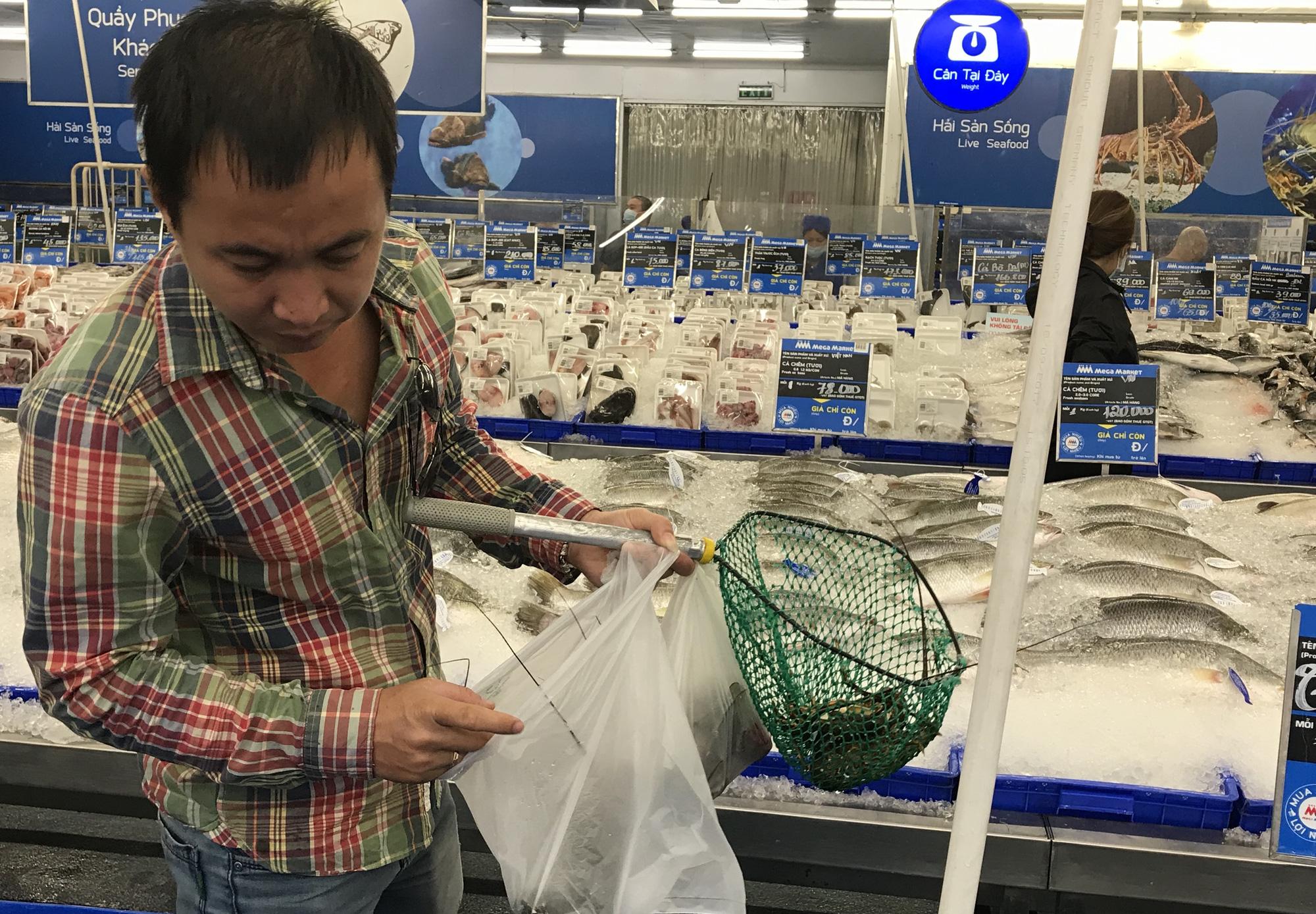 Cận cảnh giải cứu tôm hùm ở Sài Gòn, mới 9h sáng đã hết sạch, có siêu thị chế biến miễn phí cho khách ngay tại chỗ - Ảnh 4.