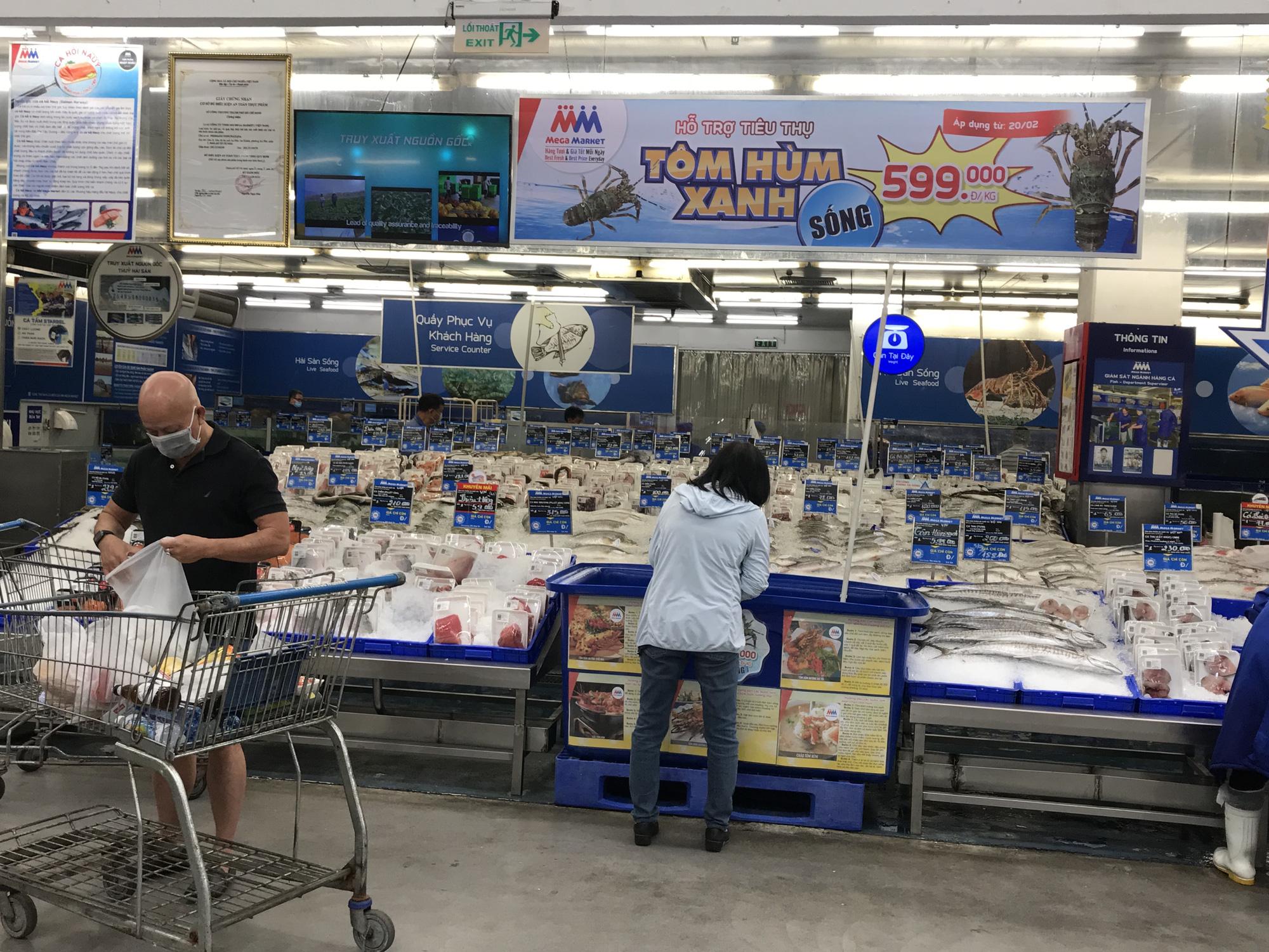 Cận cảnh giải cứu tôm hùm ở Sài Gòn, mới 9h sáng đã hết sạch, có siêu thị chế biến miễn phí cho khách ngay tại chỗ - Ảnh 1.