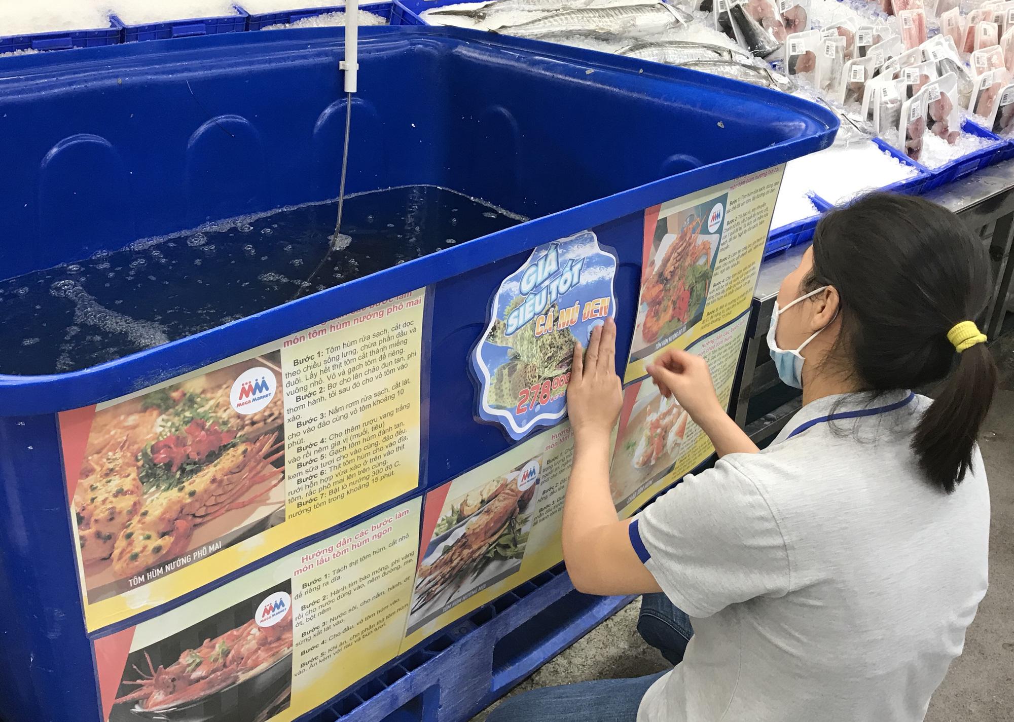 Cận cảnh giải cứu tôm hùm ở Sài Gòn, mới 9h sáng đã hết sạch, có siêu thị chế biến miễn phí cho khách ngay tại chỗ - Ảnh 5.