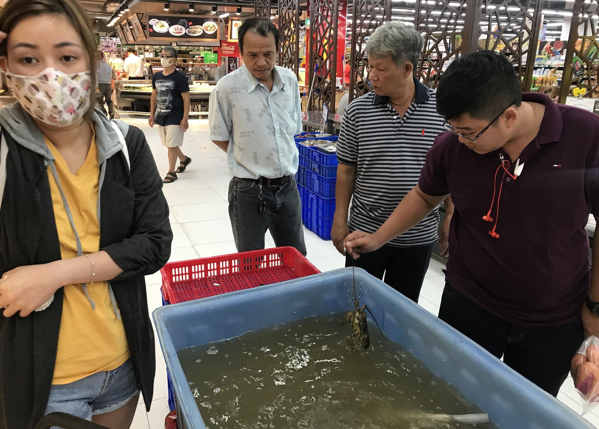 Cận cảnh giải cứu tôm hùm ở Sài Gòn, mới 9h sáng đã hết sạch, có siêu thị chế biến miễn phí cho khách ngay tại chỗ - Ảnh 6.