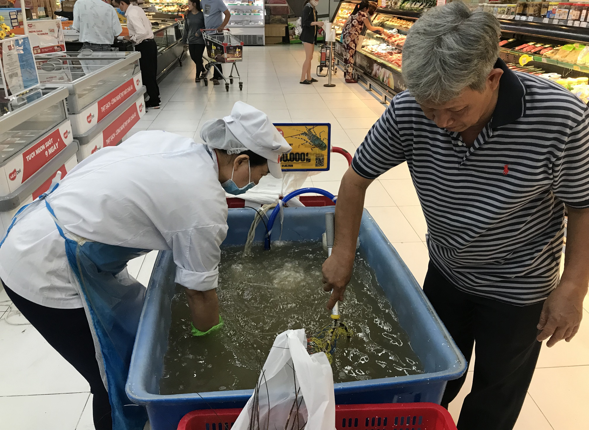 Cận cảnh giải cứu tôm hùm ở Sài Gòn, mới 9h sáng đã hết sạch, có siêu thị chế biến miễn phí cho khách ngay tại chỗ - Ảnh 7.