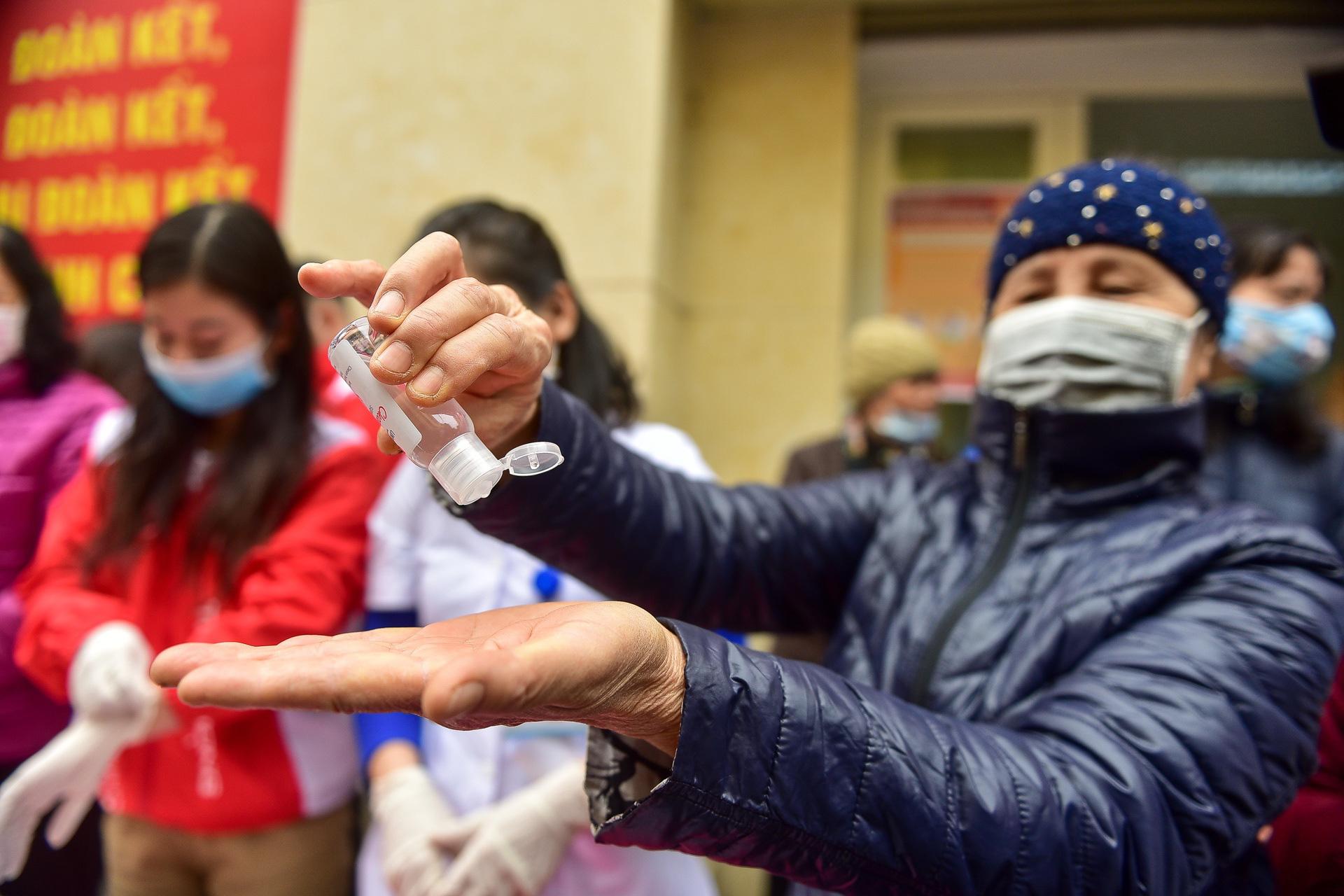 Hà Nội: Người dân xếp hàng dài nhận nước rửa tay miễn phí - Ảnh 1.