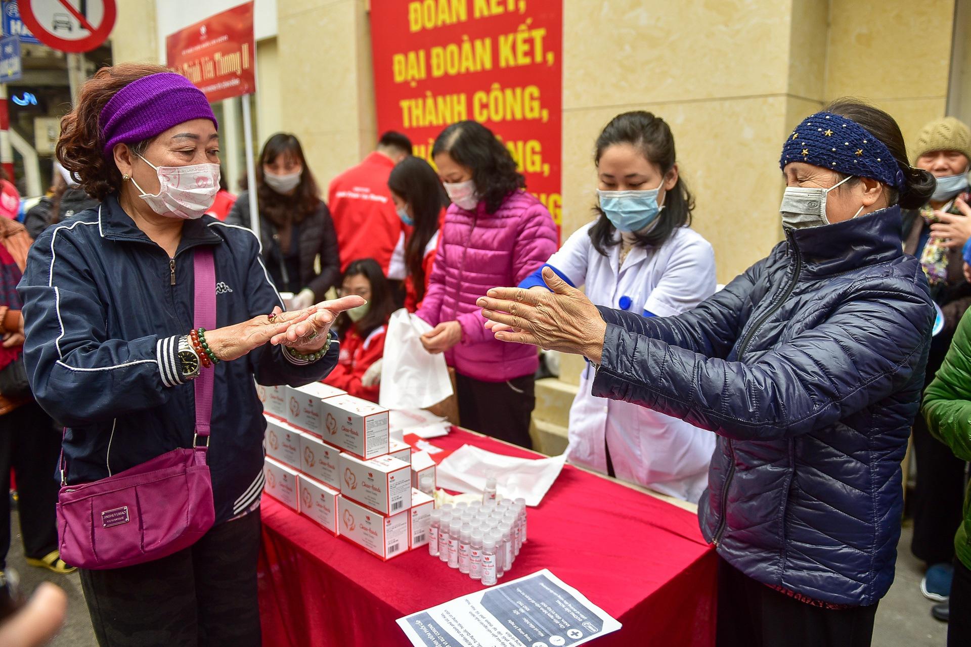 Hà Nội: Người dân xếp hàng dài nhận nước rửa tay miễn phí - Ảnh 8.