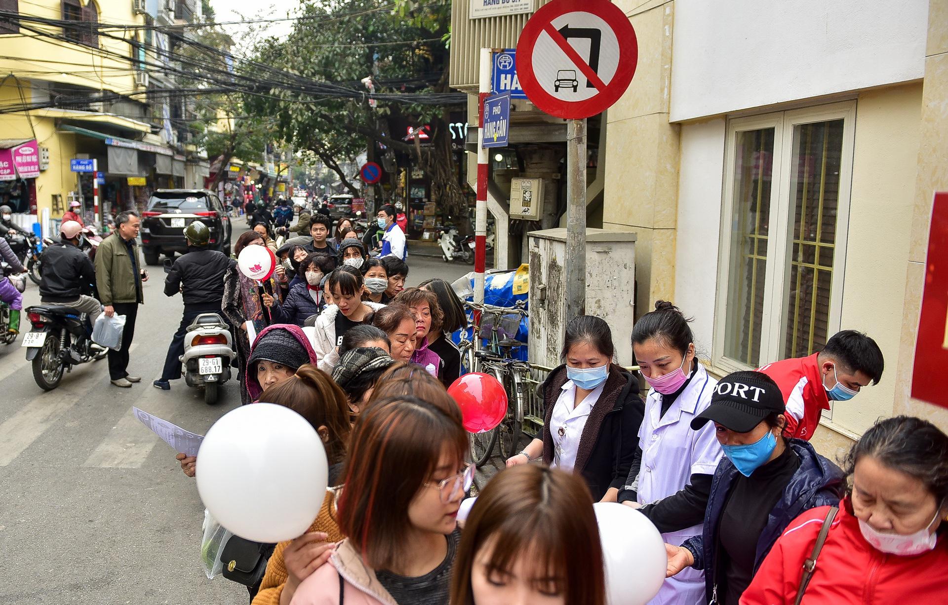 Hà Nội: Người dân xếp hàng dài nhận nước rửa tay miễn phí - Ảnh 5.