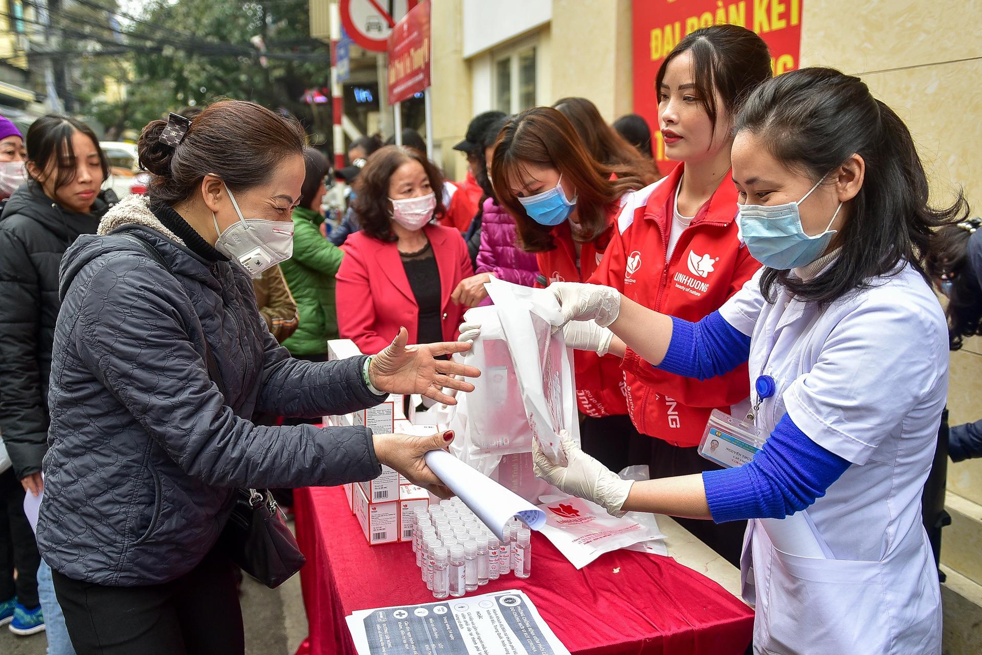 Hà Nội: Người dân xếp hàng dài nhận nước rửa tay miễn phí - Ảnh 3.