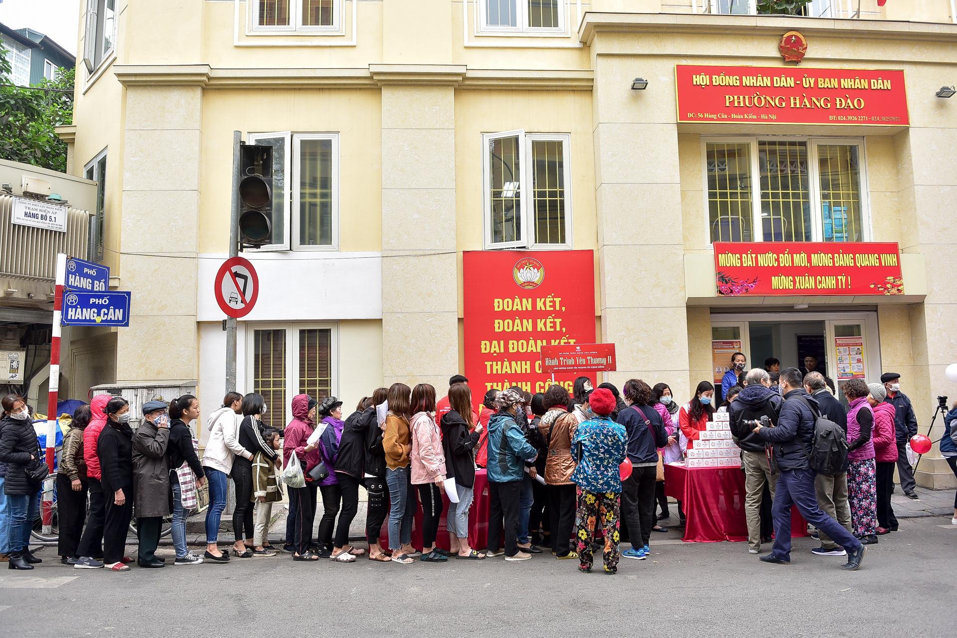 Hà Nội: Người dân xếp hàng dài nhận nước rửa tay miễn phí - Ảnh 2.