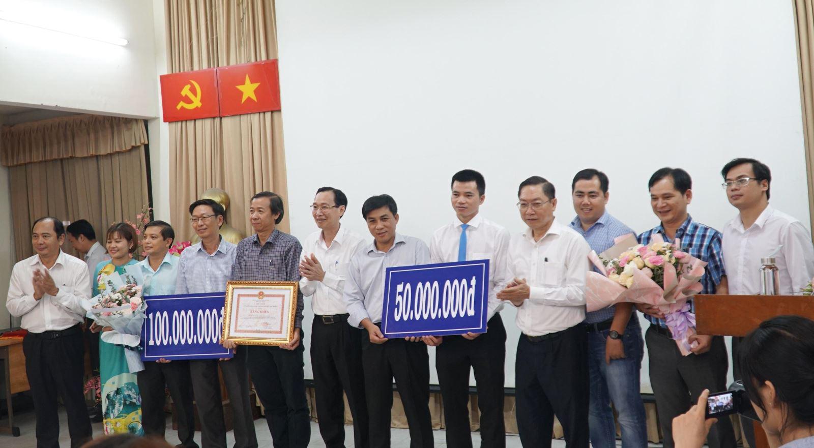 TP Hồ Chí Minh thưởng đột xuất hai bệnh viện điều trị thành công bệnh nhân COVID-19 - Ảnh 1.