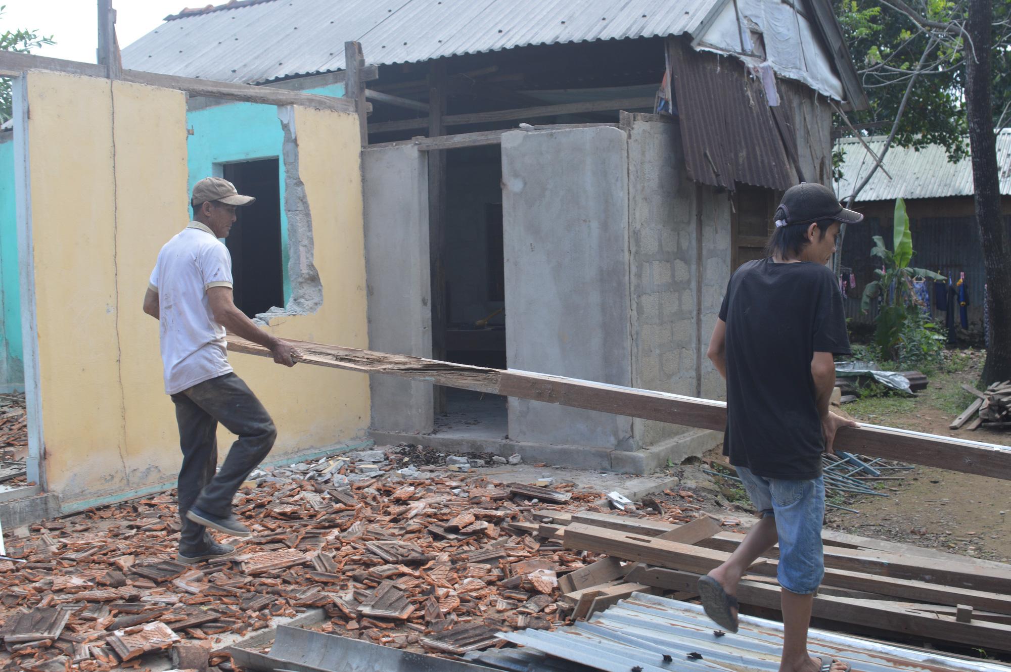 Thừa Thiên - Huế: Người dân Thượng thành tháo dỡ nhà cửa để chuẩn bị đến nơi ở mới - Ảnh 4.