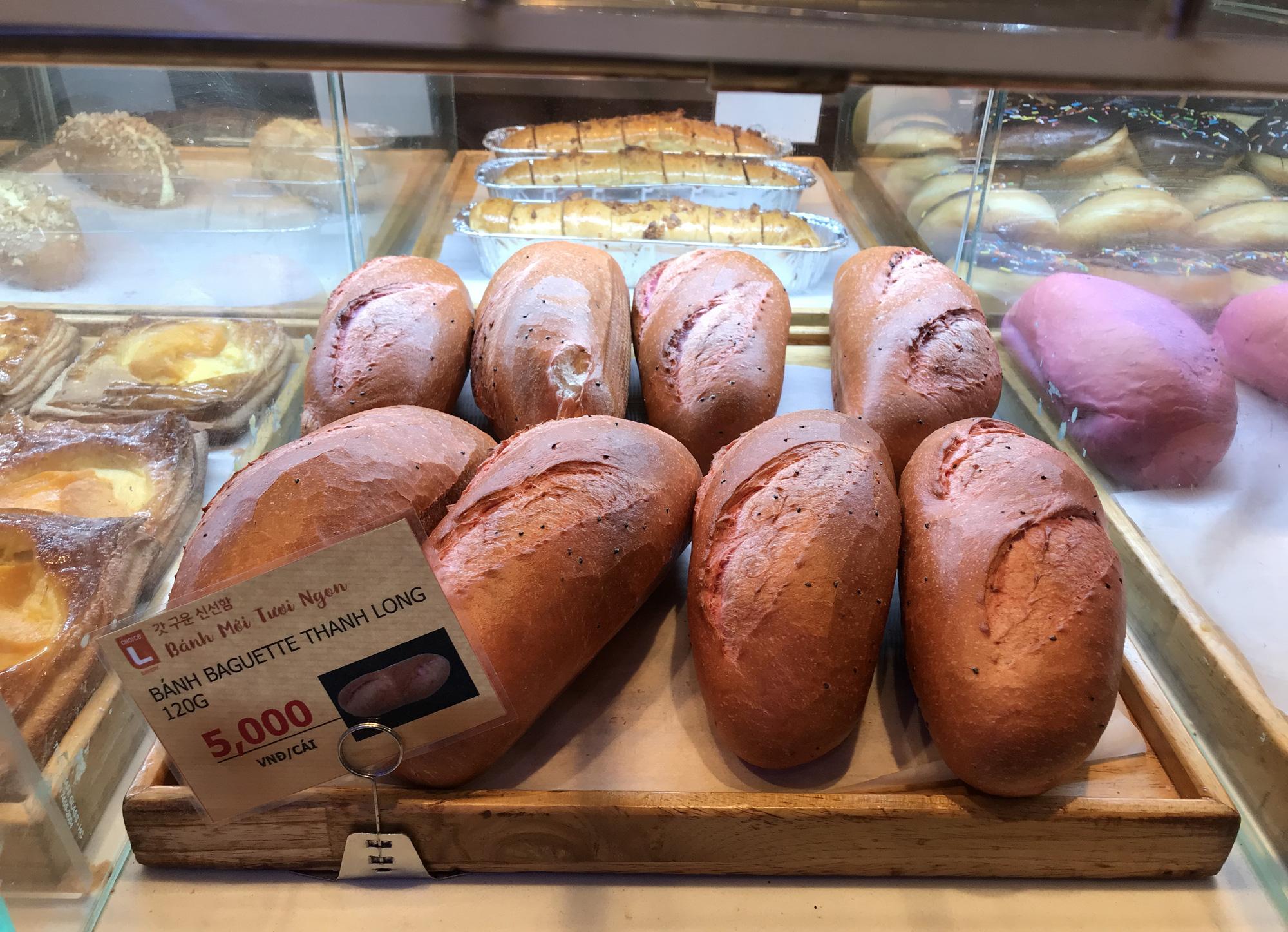 Sau 'vua bánh mì', một loạt siêu thị cùng vào cuộc làm bánh mì thanh long giải cứu nông sản, giá chỉ 4.500 đồng - Ảnh 1.