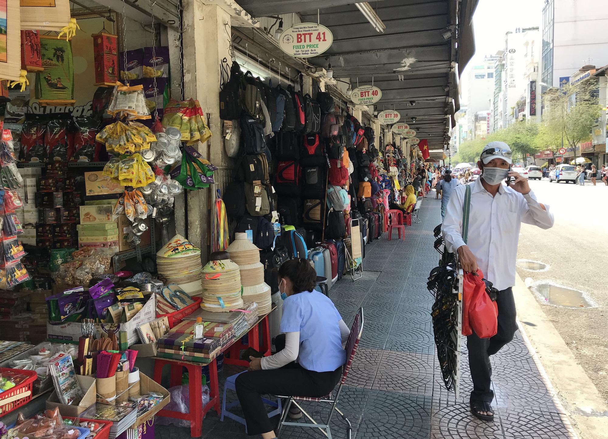 Chợ Bến Thành, Saigon Square ế chưa từng thấy, có tiểu thương đóng cửa, sang sạp vì virus corona - Ảnh 4.