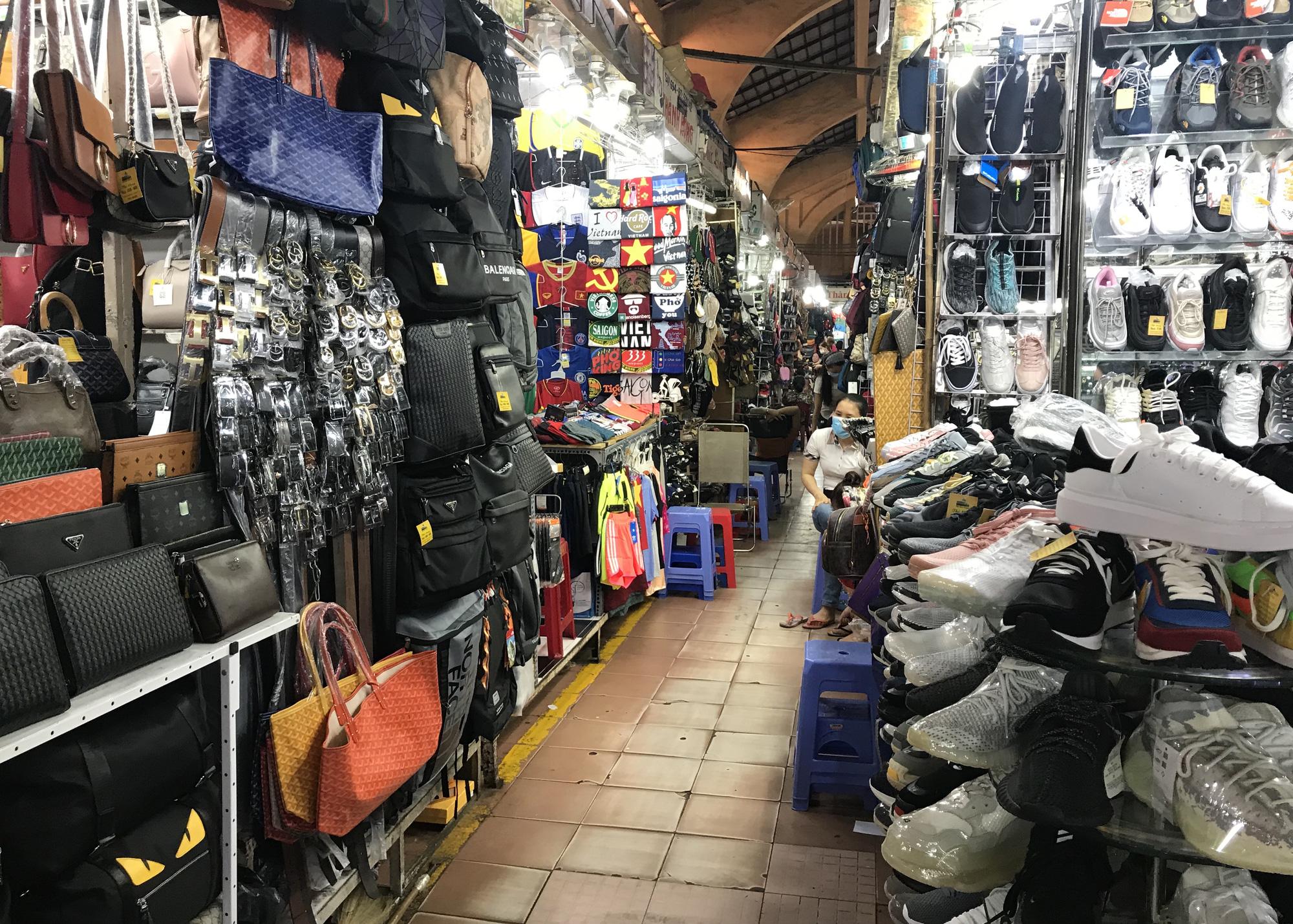Chợ Bến Thành, Saigon Square ế chưa từng thấy, có tiểu thương đóng cửa, sang sạp vì virus corona - Ảnh 5.
