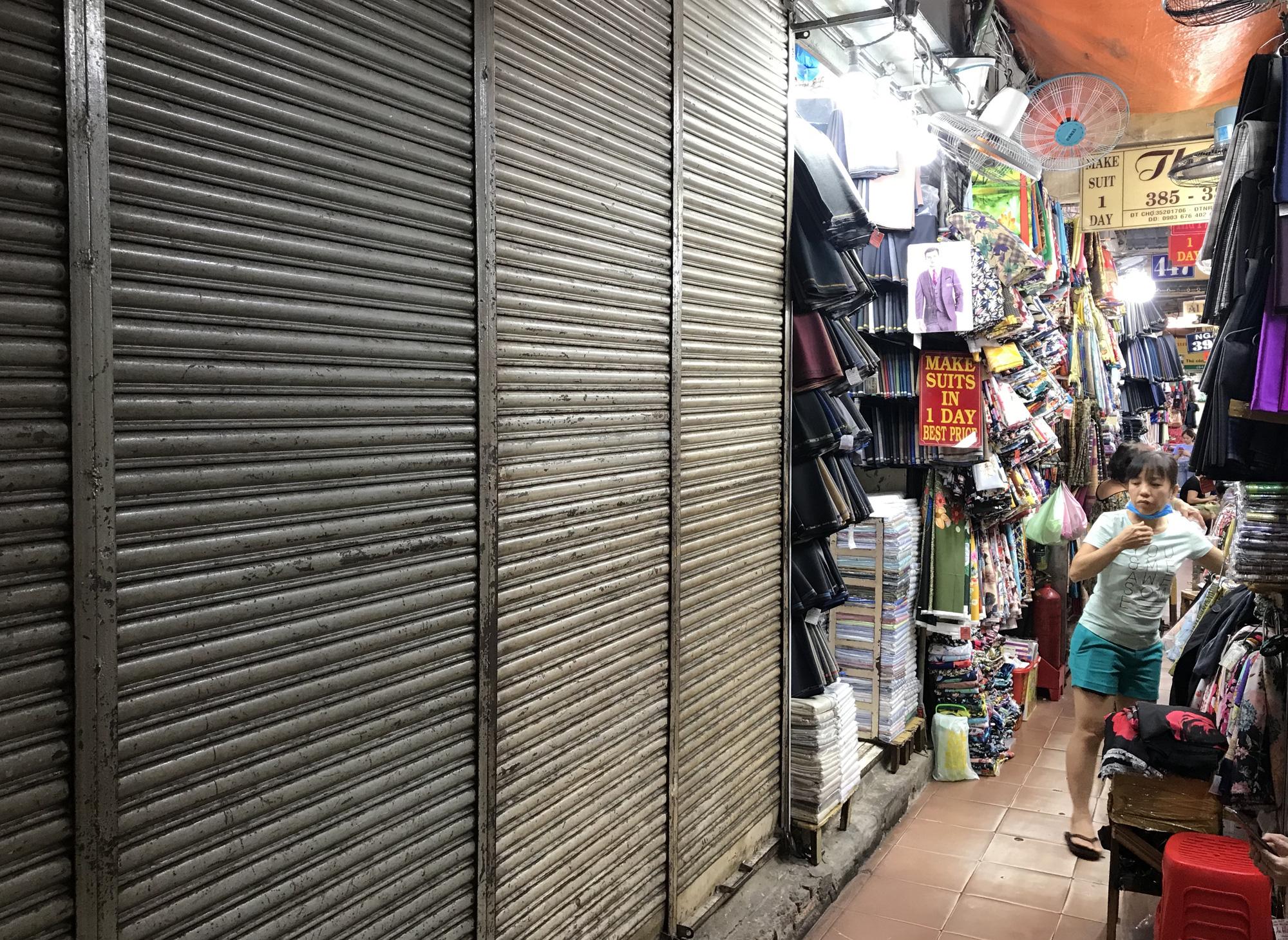 Chợ Bến Thành, Saigon Square ế chưa từng thấy, có tiểu thương đóng cửa, sang sạp vì virus corona - Ảnh 6.