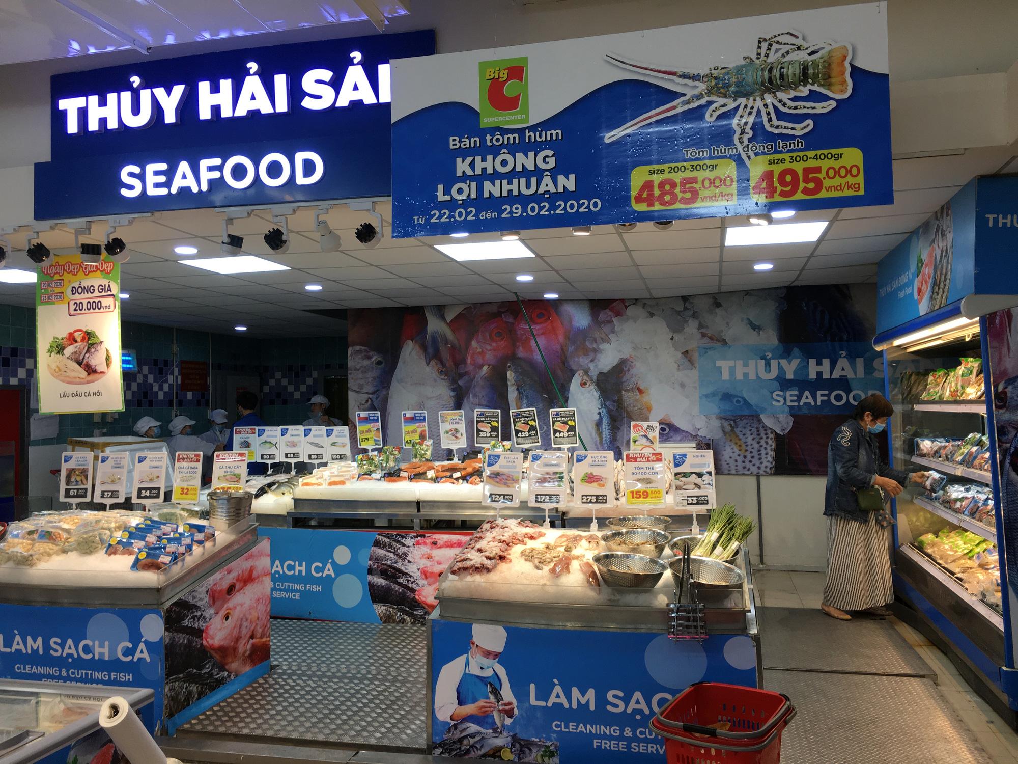 Tại TP Đà Nẵng, siêu thị Big C (quận Thanh Khê) bán tôm hùm đông lạnh không lợi nhuận giúp giải cứu hỗ trợ cho người dân các tỉnh Khánh Hòa, Phú Yên bị ảnh hưởng bỏi dịch Covid-19.
