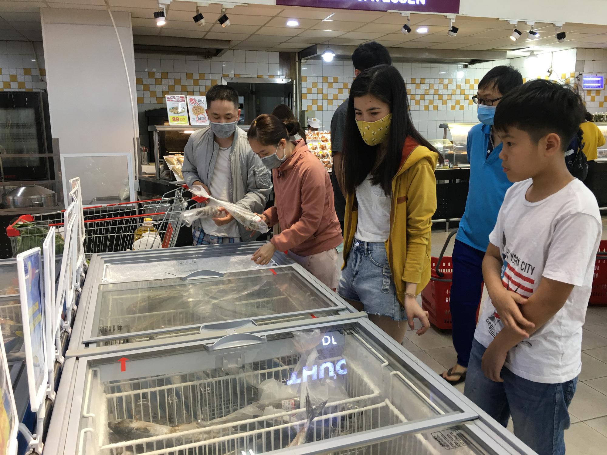 Giải cứu tôm hùm ở Đà Nẵng: Sức mua nhẹ, người dân muốn mua loại còn sống nhưng chỉ có hàng đông lạnh - Ảnh 7.