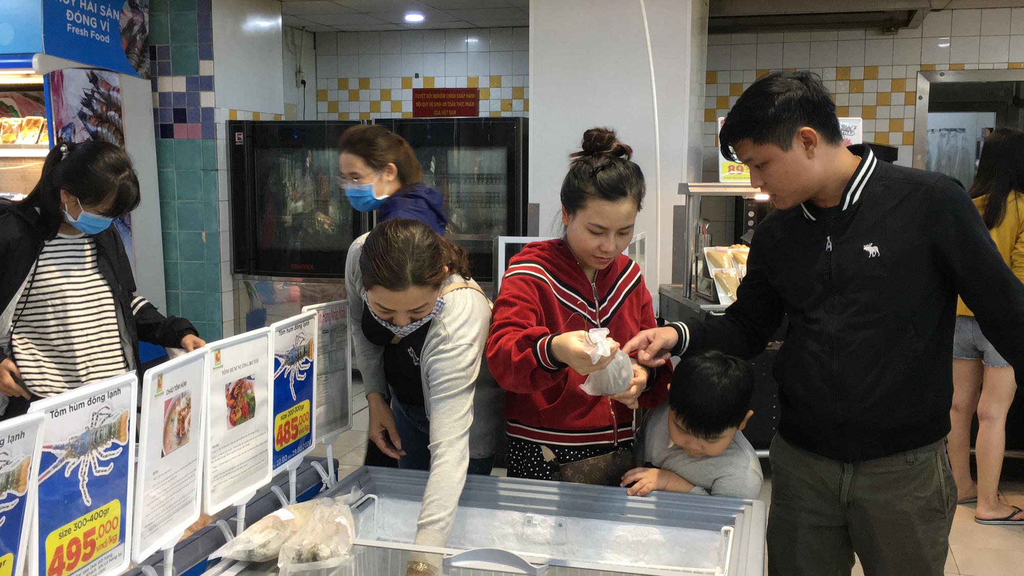 Giải cứu tôm hùm ở Đà Nẵng: Sức mua nhẹ, người dân muốn mua loại còn sống nhưng chỉ có hàng đông lạnh - Ảnh 8.