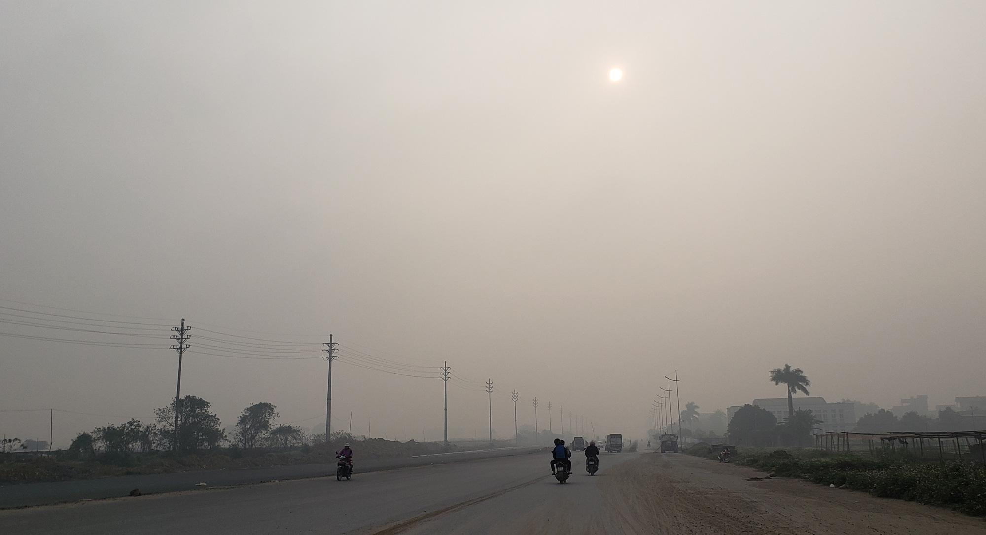 Hà Nội ô nhiễm không khí ở mức cảnh báo tím từ sáng đến chiều - Ảnh 7.