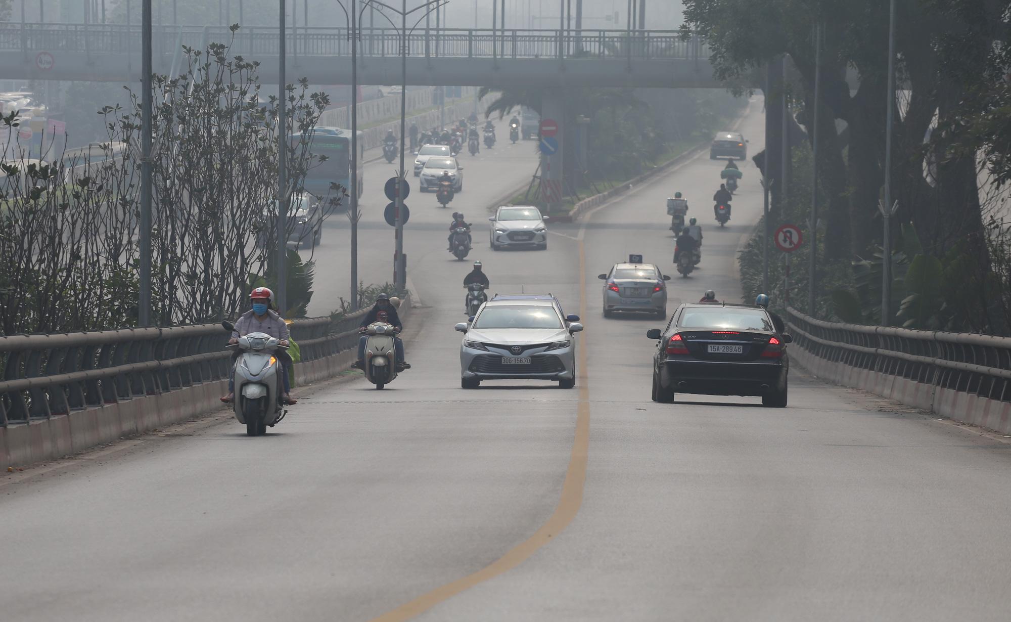 Hà Nội ô nhiễm không khí ở mức cảnh báo tím từ sáng đến chiều - Ảnh 10.