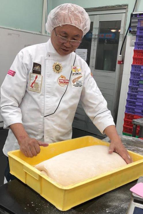 Sau bánh mì thanh long, ông Kao Siêu Lực sáng chế bánh mì dưa hấu tìm đầu ra cho nông sản Việt - Ảnh 1.