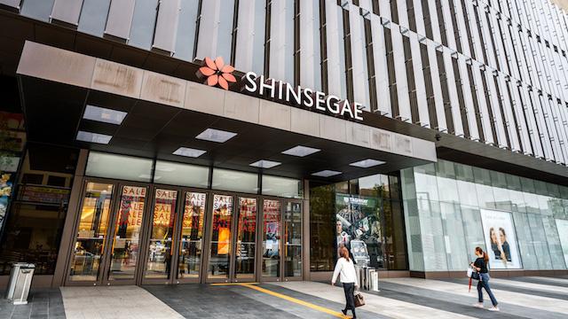 Nhà bán lẻ lớn nhất Hàn Quốc đóng cửa gian hàng vì khách nhiễm corona - Ảnh 1.