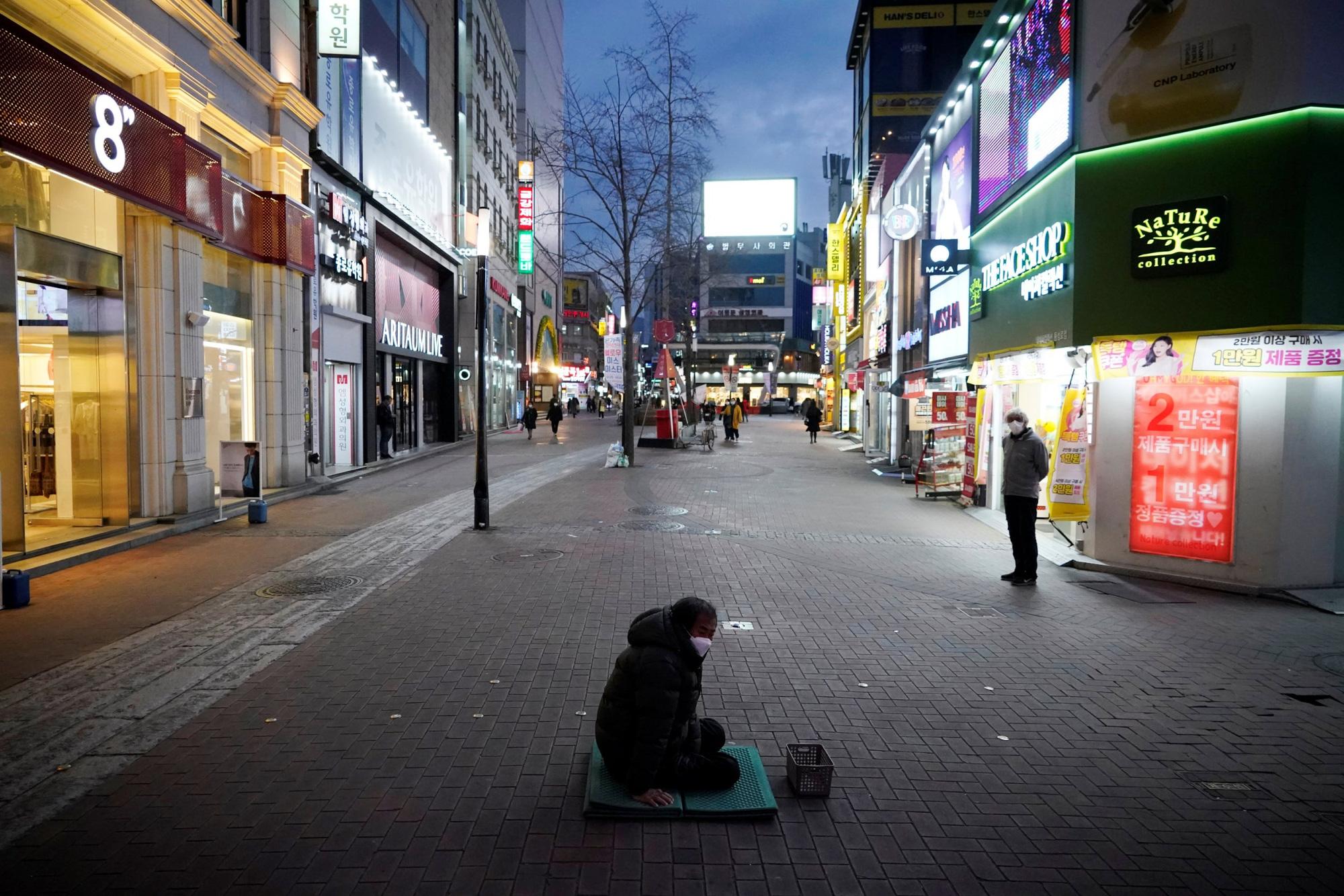 Daegu lúc này: Người dân không dám ra đường, vợ chồng không chung chăn gối, âm thanh đáng sợ nhất là tiếng ho - Ảnh 5.