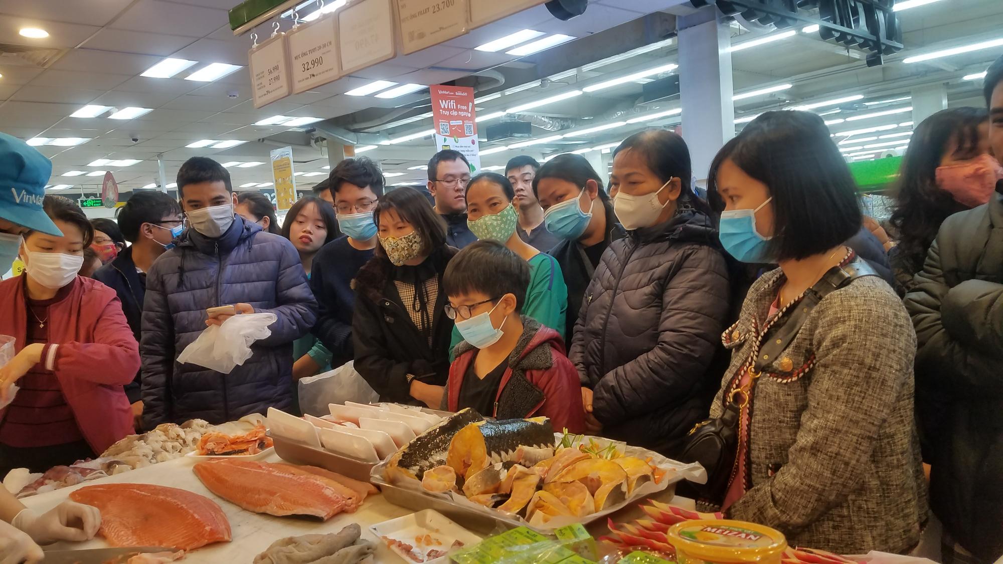 Hãi hùng cảnh tượng người Hà Nội chen lấn, giành giật để mua tôm hùm giảm giá - Ảnh 2.