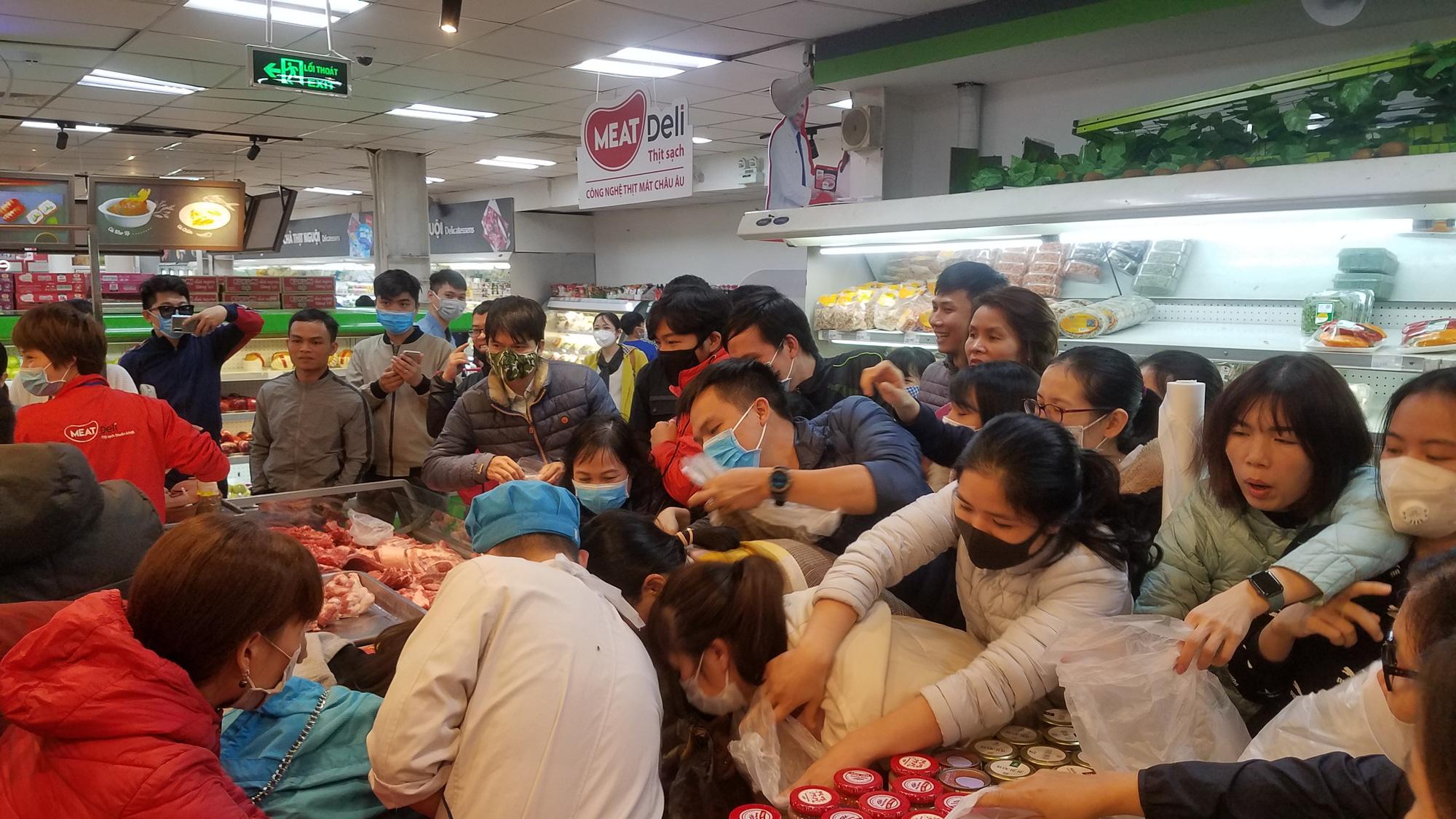 Hãi hùng cảnh tượng người Hà Nội chen lấn, giành giật để mua tôm hùm giảm giá - Ảnh 3.