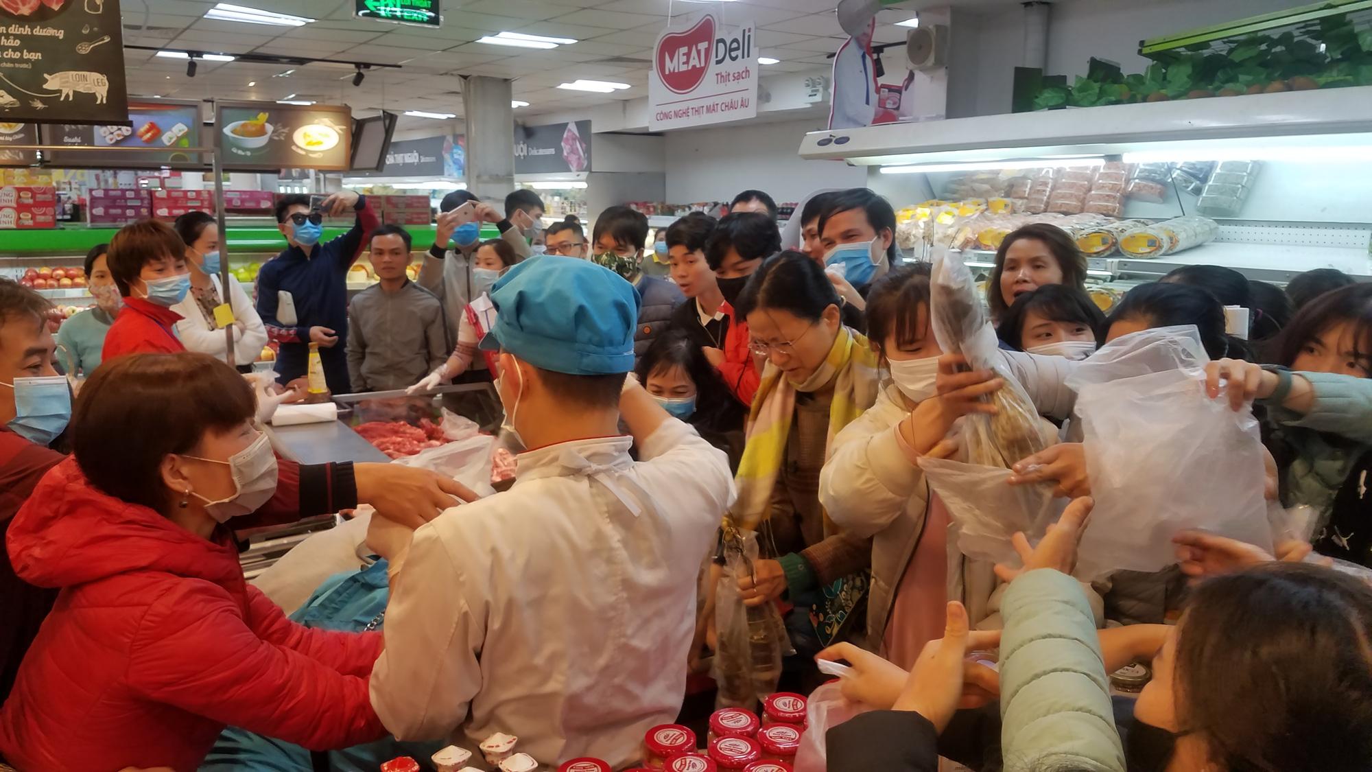 Hãi hùng cảnh tượng người Hà Nội chen lấn, giành giật để mua tôm hùm giảm giá - Ảnh 6.