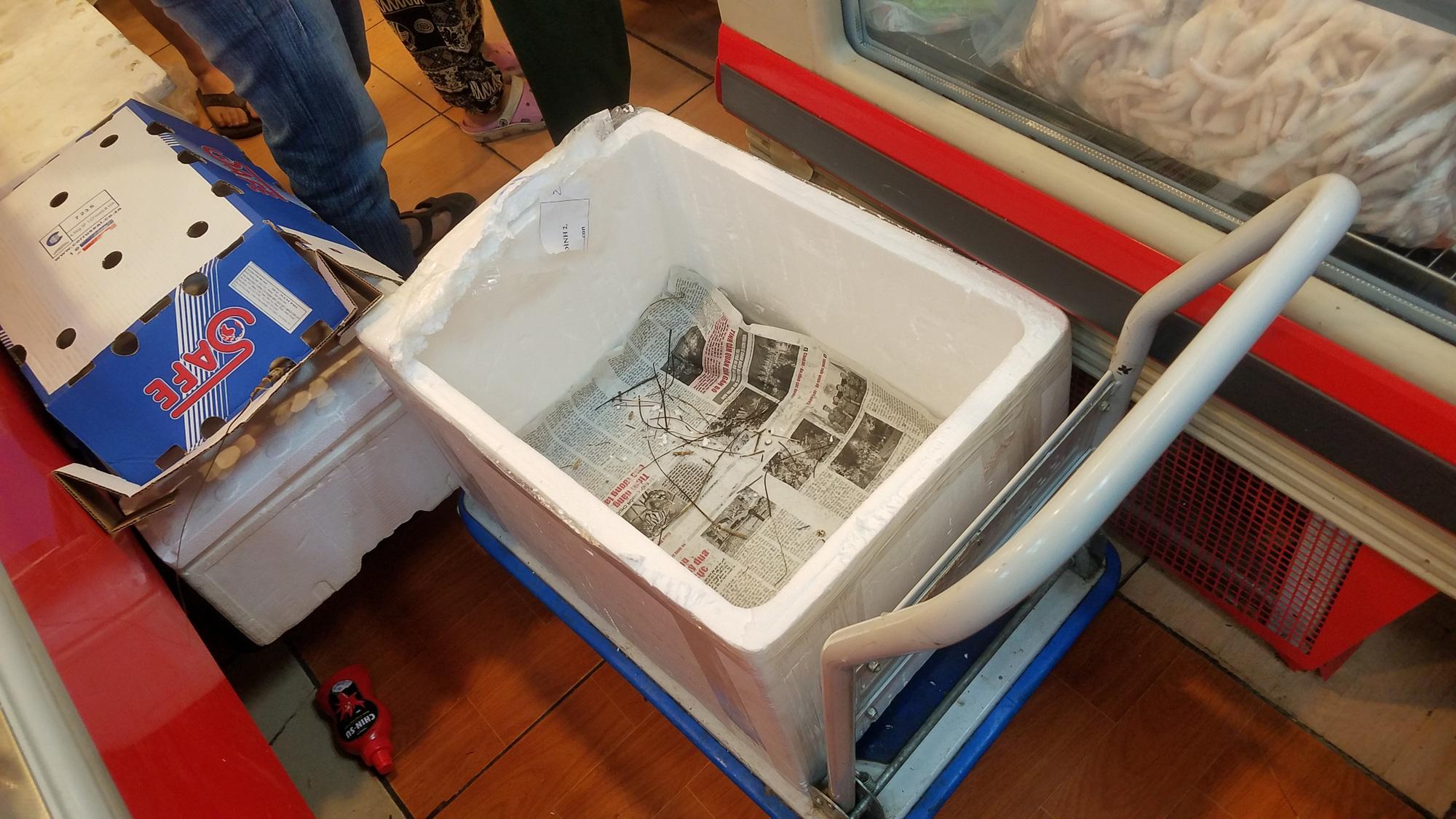 Hãi hùng cảnh tượng người Hà Nội chen lấn, giành giật để mua tôm hùm giảm giá - Ảnh 4.