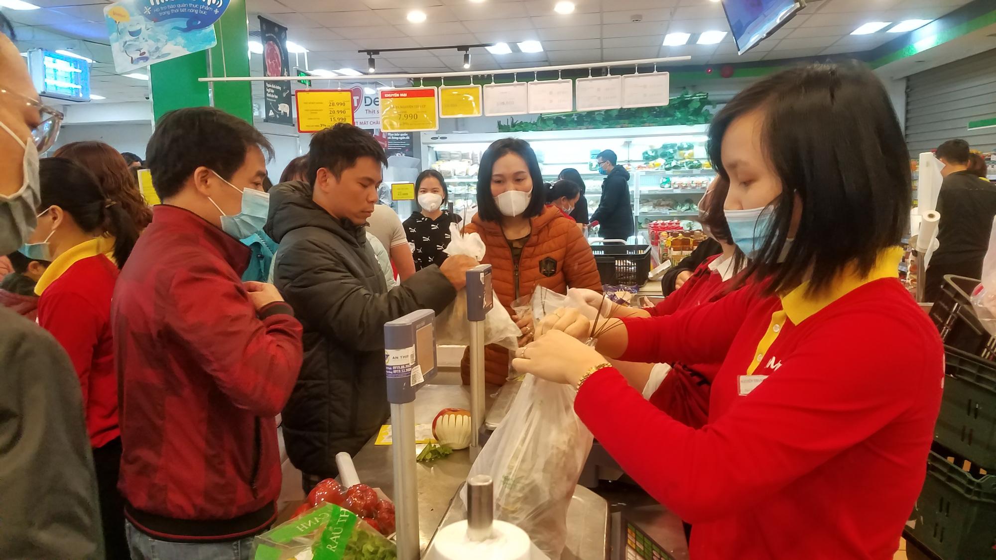 Hãi hùng cảnh tượng người Hà Nội chen lấn, giành giật để mua tôm hùm giảm giá - Ảnh 5.