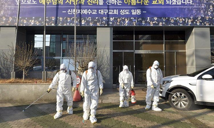 Bộ Y tế: Bắt buộc khai báo y tế đối với người nhập cảnh từ Hàn Quốc - Ảnh 1.