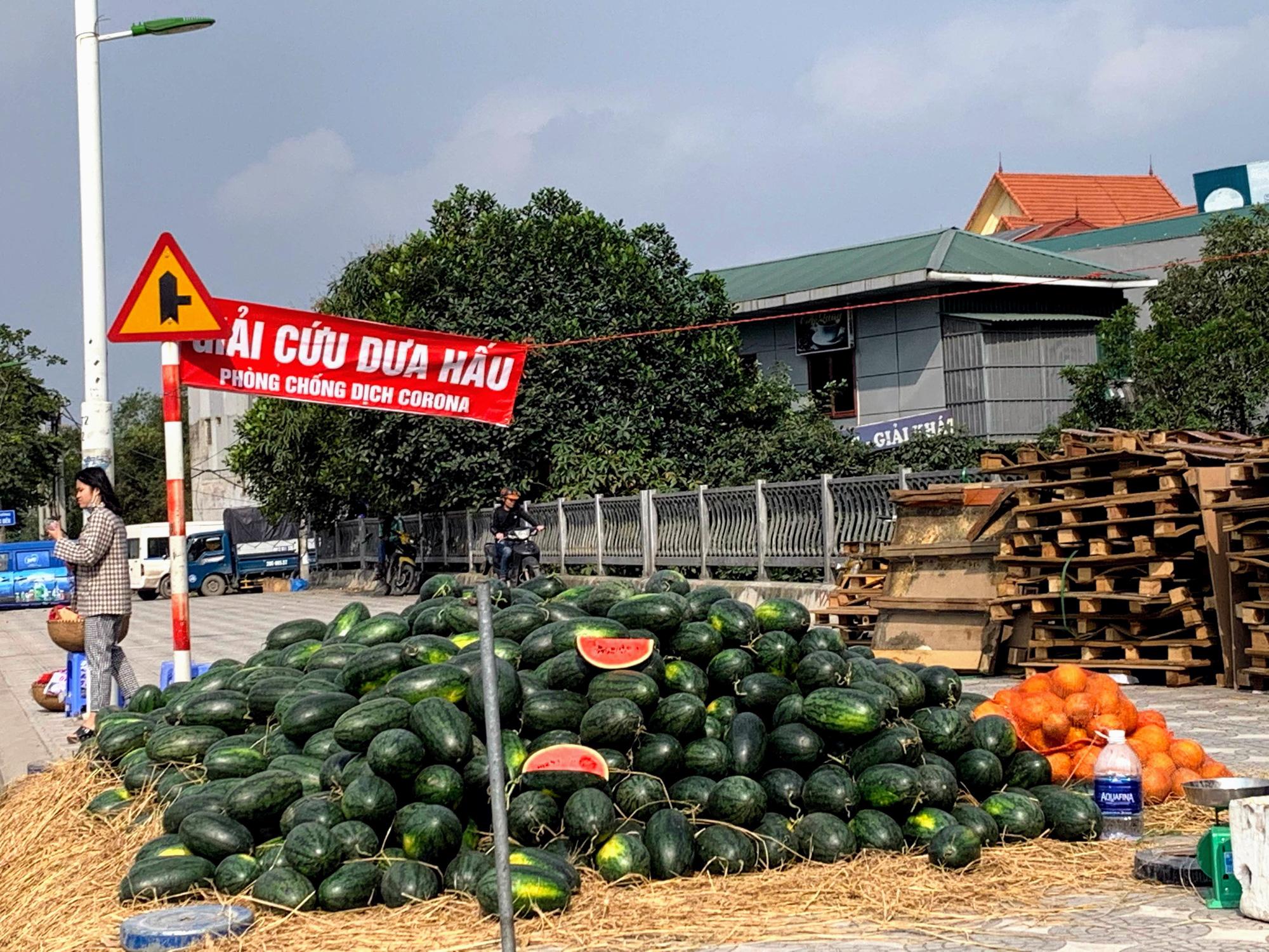 Hàng trăm tấn khoai lang nằm dài trên đường phố Hà Nội chờ 'giải cứu' - Ảnh 12.
