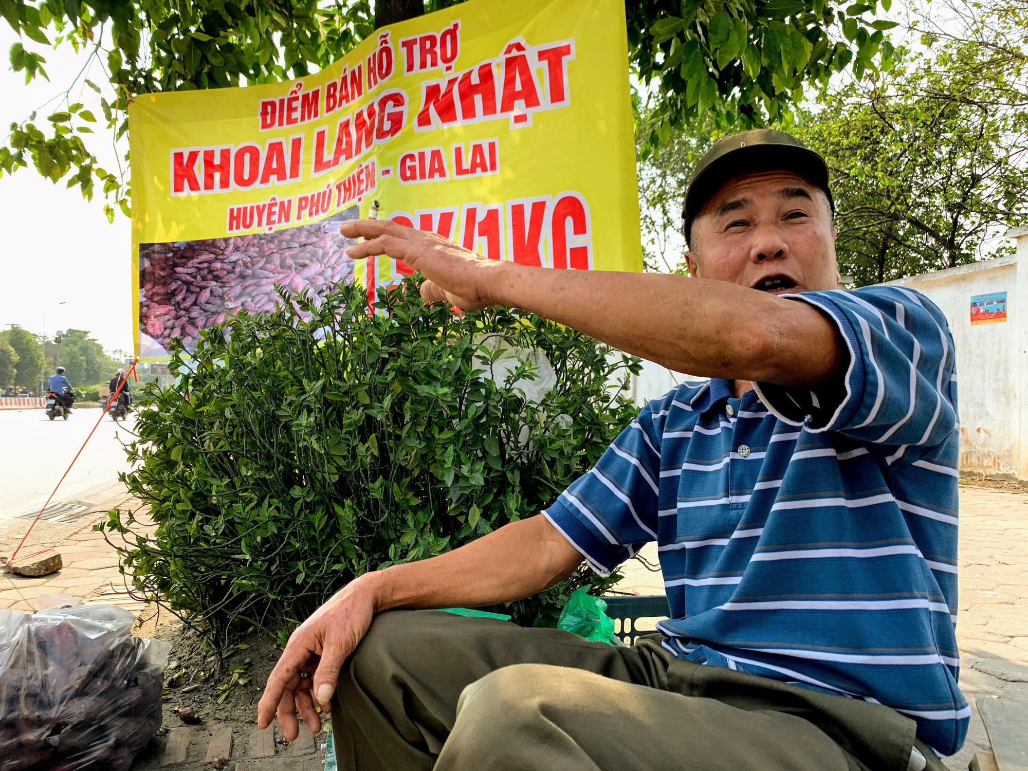 Hàng trăm tấn khoai lang nằm dài trên đường phố Hà Nội chờ 'giải cứu' - Ảnh 4.